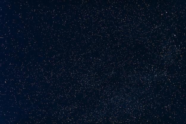 Estrellas en el cielo azul oscuro en la noche