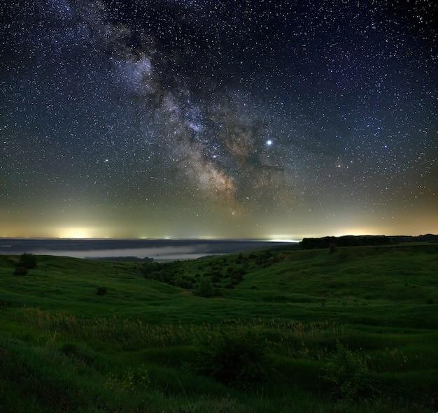 Estrellas en el cielo por la noche. vía láctea brillante sobre el horizonte con niebla. fotografiado con una larga exposición.