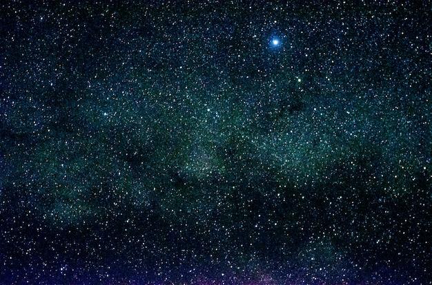 Estrellas y galaxias espacio ultraterrestre cielo noche universo negro estrellado