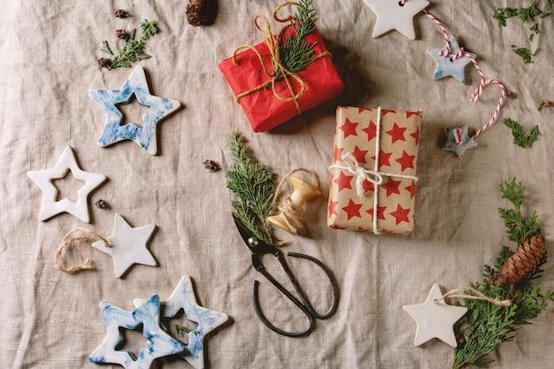 Estrellas de navidad y regalos