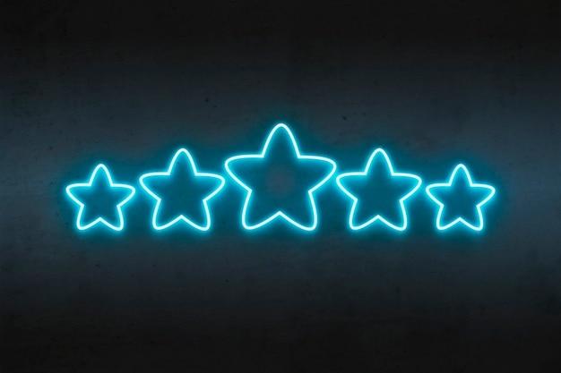 Estrellas de neón con calificación azul sobre hormigón oscuro.