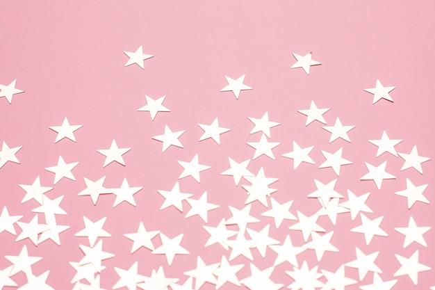Estrellas plateadas en superficie rosa