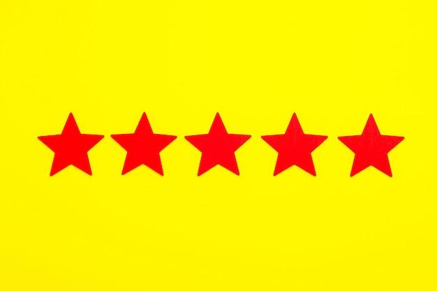 Las estrellas rojas aumentan la calificación sobre fondo amarillo