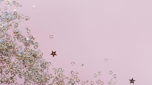 Estrellas violetas y lentejuelas circulares con espacio de copia