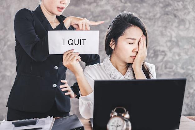 Estrés asiático trabajadora dejar el trabajo