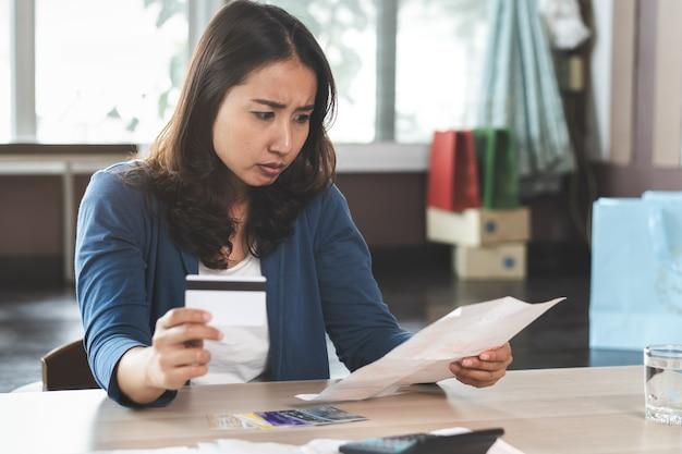 Estrés de mujer asiática con deuda de tarjeta de crédito.