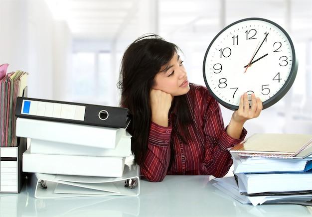 Estrés de mujer en la oficina