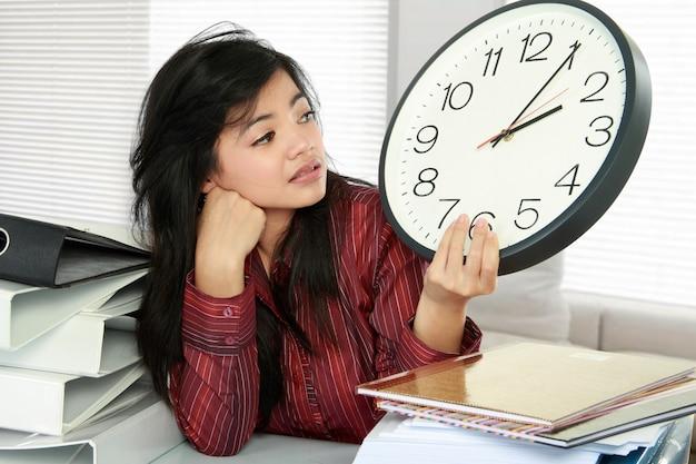 Estrés de mujer en el trabajo