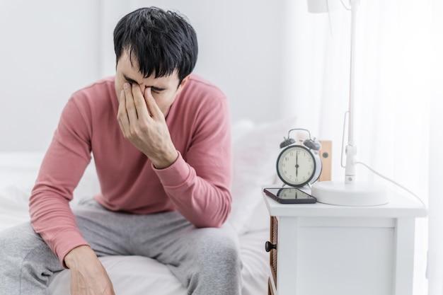 Estrés y preocupación caucásica despertar con headach con fondo blanco