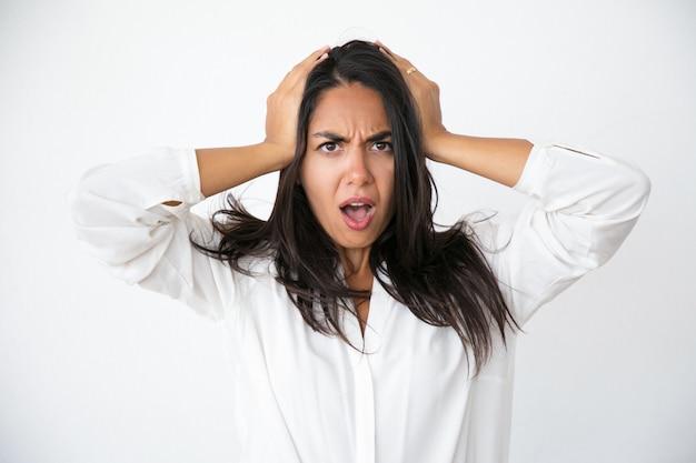 Estresada mujer preocupada conmocionada con noticias inesperadas