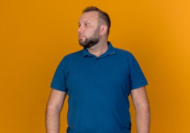 Estricto hombre eslavo adulto girando de cabeza a lado mirando al lado