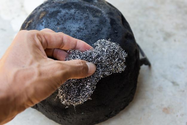 Estropajo de acero viejo a mano