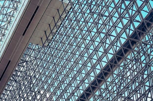 Estructura acero geometría diseño construcción con cielo.