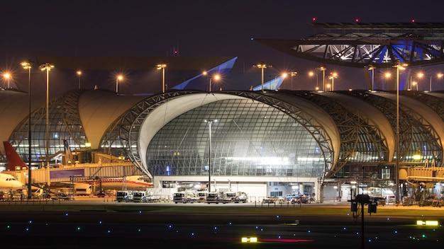 Estructura del aeropuerto mediante el uso de una estructura de acero y vidrio.