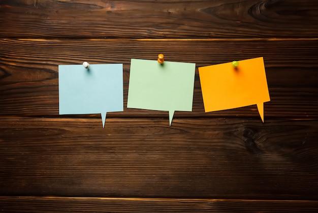 Estructura de cartón con burbujas de discurso de papel de colores