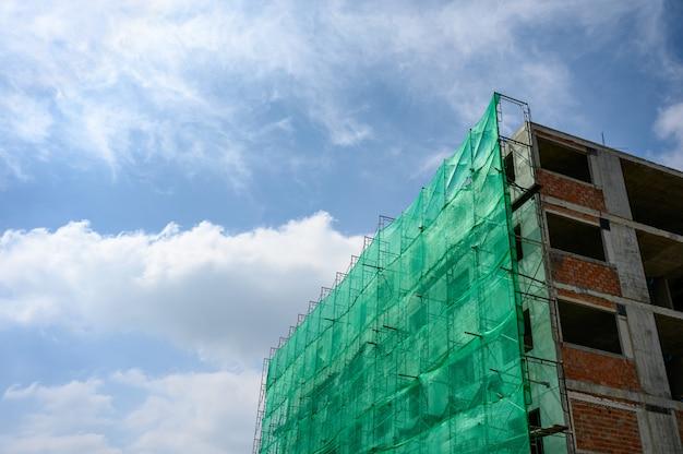 Estructura del edificio con malla y andamios cubiertos