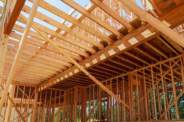 Estructura interior de una nueva casa en construcción.