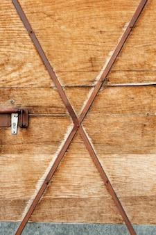Estructura de madera con tiras de metal oxidado.
