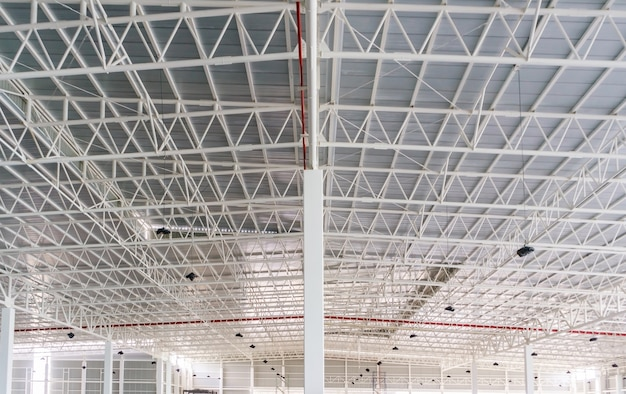 Estructura de marco de techo de acero y chapa en sitio de construcción de edificios