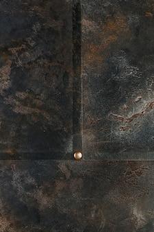 Estructura metálica con aspecto oxidado.