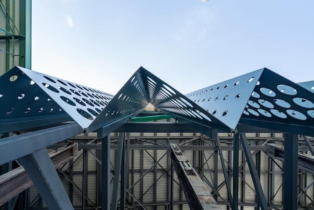 Estructura metálica del techo de la fábrica.