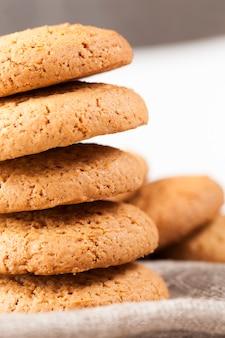 La estructura porosa de las galletas redondas reales.