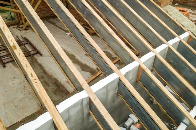 Estructura de techo de acero inoxidable para futuro techo en construcción. desarrollo de estructura de techo de metal en la parte superior de la casa.