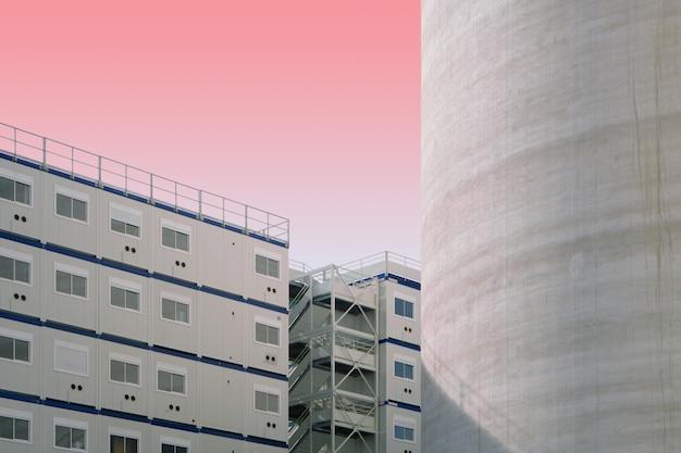 Estructuras de hormigón blanco y azul en un cielo rosado