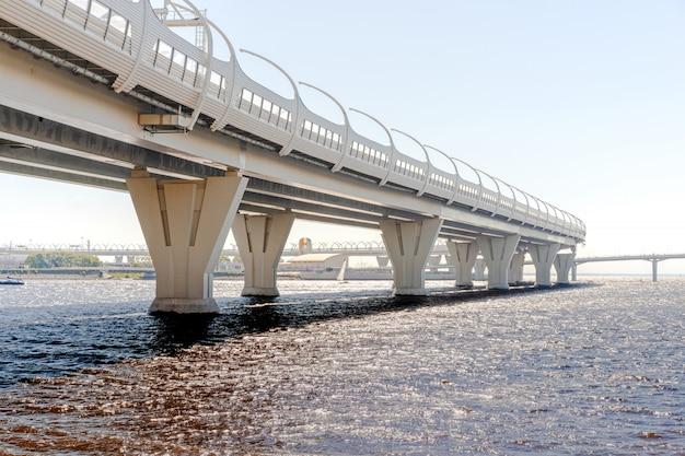 Estructuras metálicas debajo del puente, detalles del diámetro occidental de alta velocidad en san petersburgo