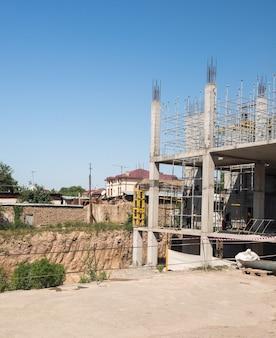 Estructuras metálicas de hormigón del edificio en construcción. andamios y soportes