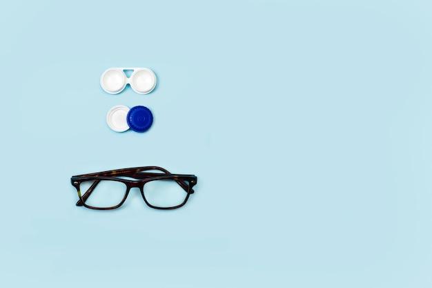 Estuche para lentes de contacto y anteojos sobre un fondo azul en una vista superior