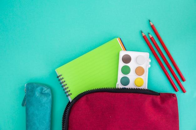 Estuches con papelería y útiles de dibujo.