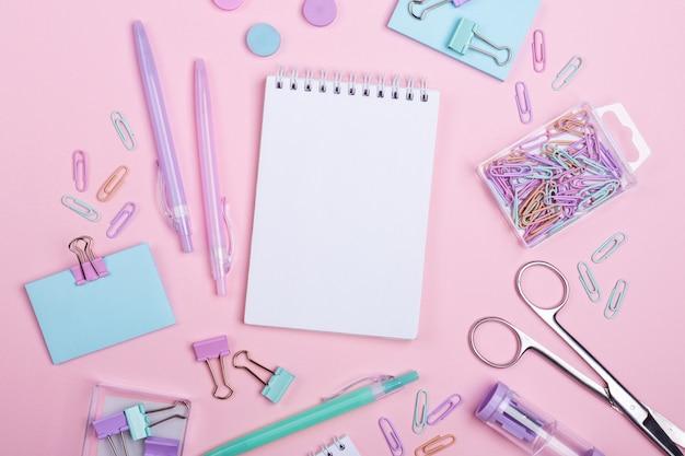 Estudia y vuelve a la escuela los accesorios en rosa.