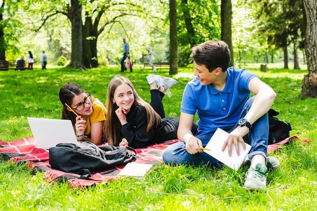 Estudiando y divirtiéndose en el parque