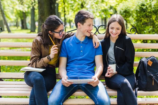 Estudiando juntos en el parque