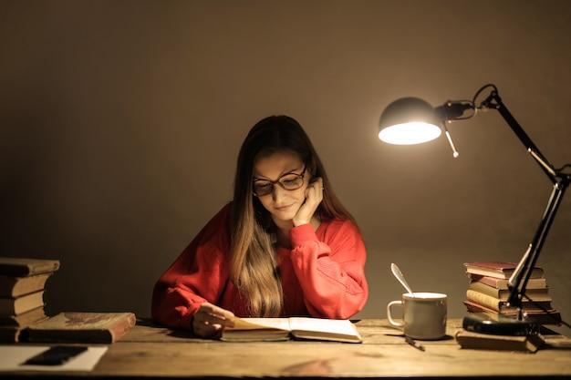 Estudiando tarde en la noche