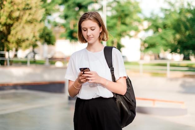 Estudiante adolescente con una mochila escolar en el parque
