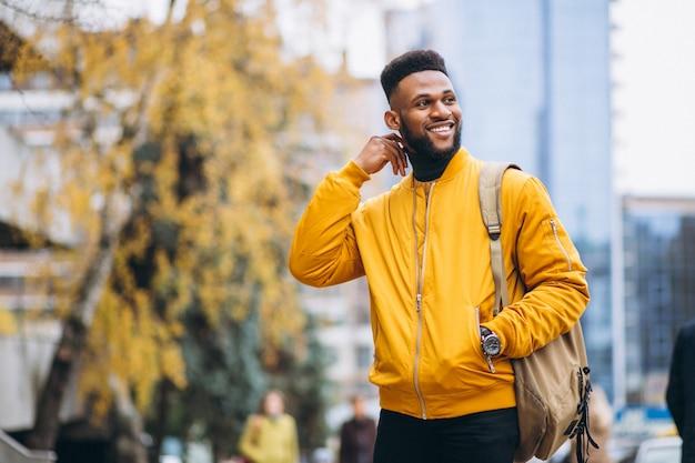 Estudiante afroamericano caminando en la calle