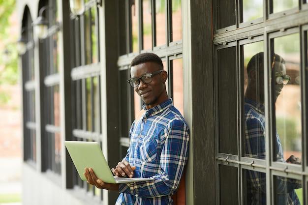 Estudiante afroamericano posando al aire libre