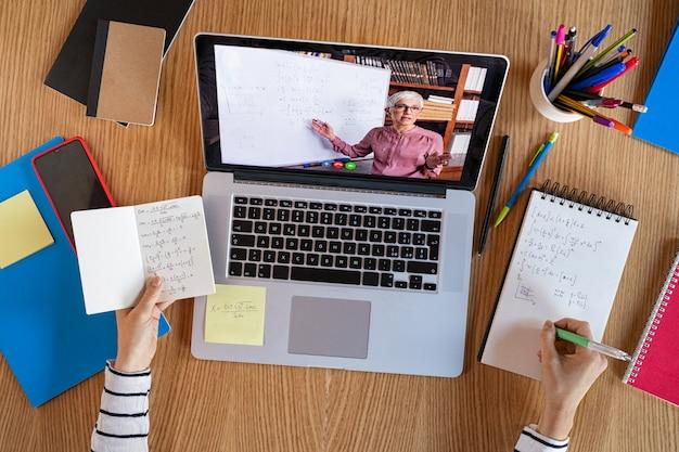 Estudiante aprendiendo en casa con lección en línea.