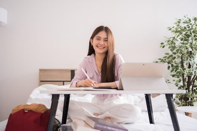 Estudiante asiática estudiando en casa