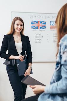 Estudiante en aula, aprendizaje de idiomas, preparación de exámenes.