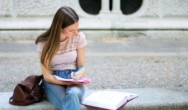 Estudiante con caminar al aire libre en el parque