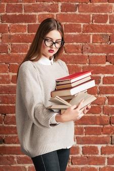 Estudiante chica ocupada leyendo mientras camina