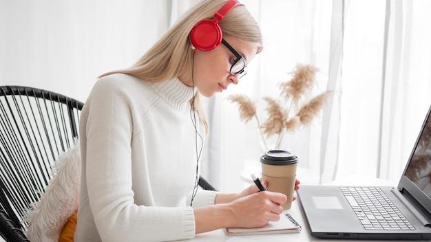 Estudiante de cursos remotos en línea tomando café