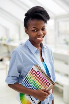 Estudiante de diseño gráfico con paleta de colores.