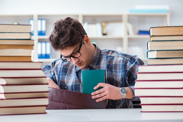 Estudiante divertido nerd preparándose para exámenes universitarios