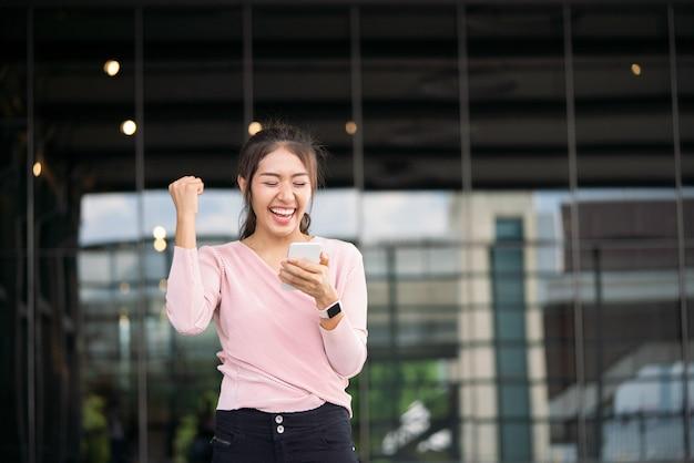 Estudiante emocionado leyendo buenas noticias en línea
