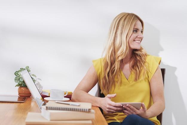 Estudiante encantador en el escritorio de oficina