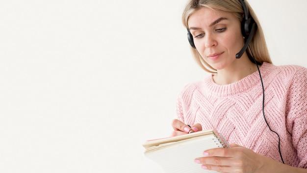 Estudiante escribiendo el concepto de e-learning